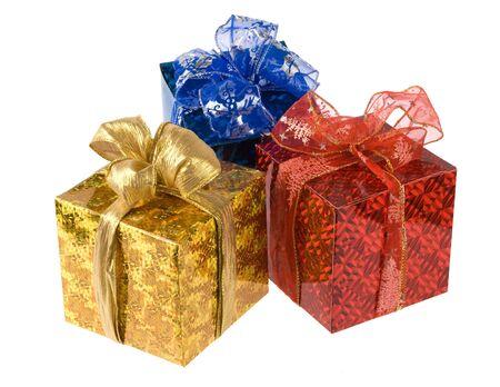 three gift boxes: tres regalos cuadros aislados en blanco. estudio de disparo