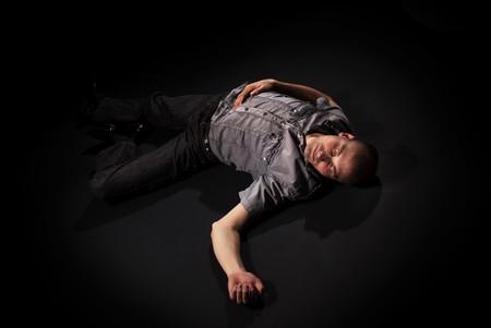 死体が床に横たわって