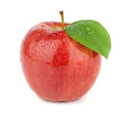manzana agua: Madura manzana roja sobre un fondo blanco