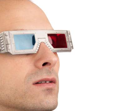 若い男赤と青のメガネを着て 3 D でテレビを見る