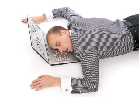 business giovane uomo addormentato sul portatile