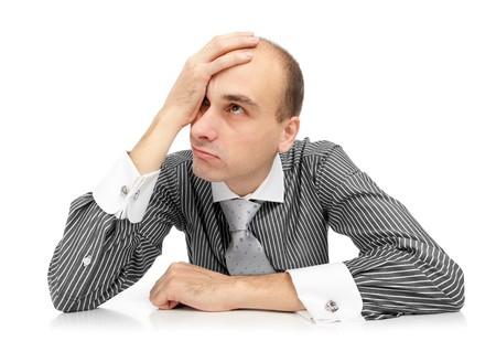 cansado empresario joven aislado en blanco  Foto de archivo