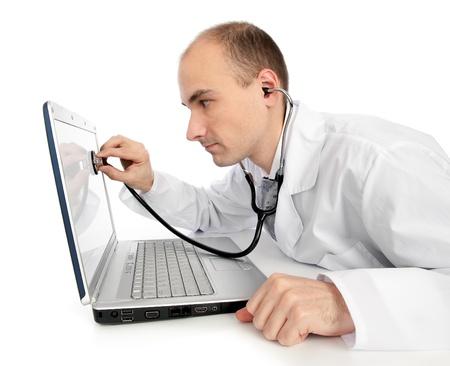 ラップトップを修正する聴診器で医師