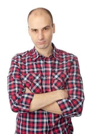 hombre calvo: hombre de moda joven con una imagen seria y de brazos cruzados