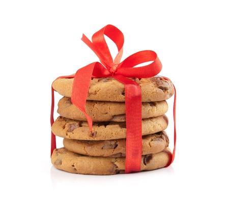 チョコレート クリスマス クッキーのスタックは白い背景で隔離赤いリボンを縛ら