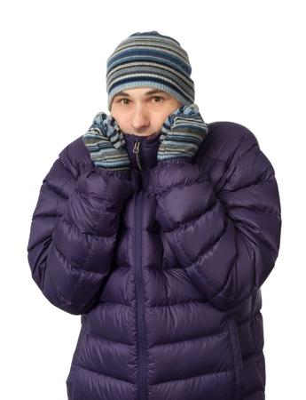 ropa de invierno: el hombre en ropa de invierno tiritando de frío