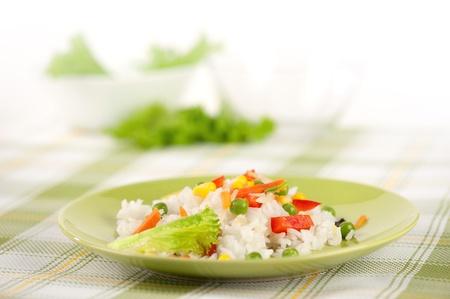 El arroz y las verduras en un plato