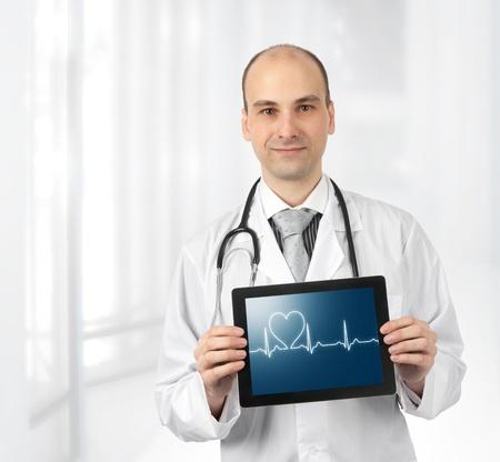 마음으로 의사 웃는 태블릿 컴퓨터에 다이어그램을 이길