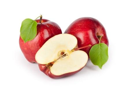 Deux pommes rouges mûrs et la moitié isolé sur un fond blanc