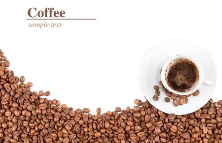 gobelets et grains de café isolé sur fond blanc