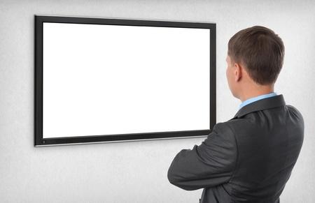 Homme d'affaires regardant sur l'écran vide
