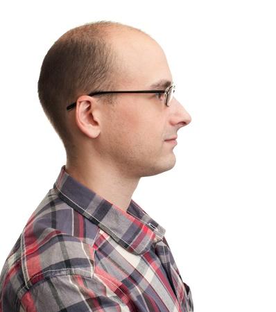 bald man: Vista de perfil de un hombre con anteojos