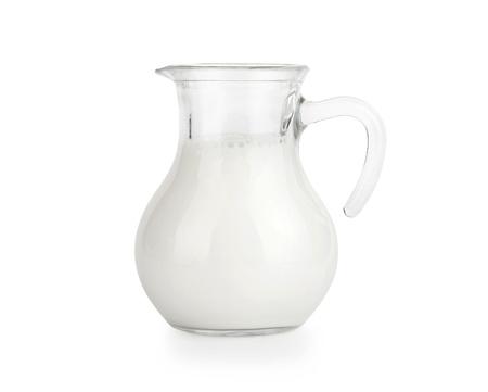 latte fresco: Brocca di vetro di latte fresco isolato su bianco Archivio Fotografico