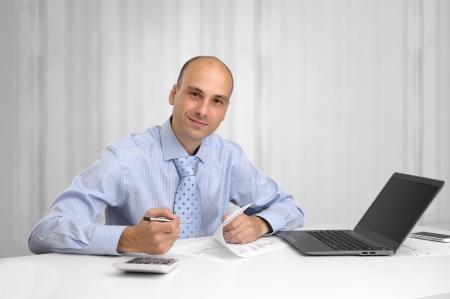 bald man: Hombre de negocios joven que trabaja en la oficina, sentado en el escritorio