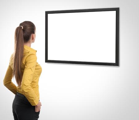 비즈니스 여자가 다시에서 TV를보고