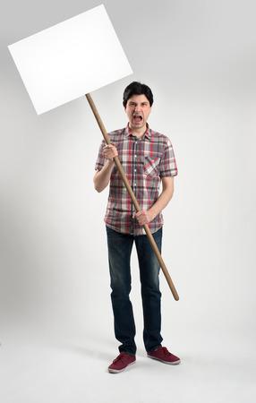 Protester homme avec la plaquette
