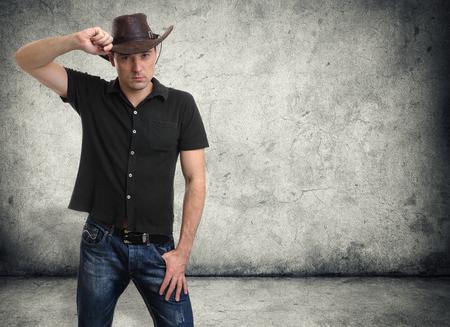 adultos: apuesto hombre en un sombrero de vaquero
