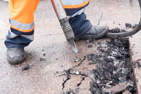 presslufthammer: Stra�enreparaturarbeiten mit Presslufthammer hautnah