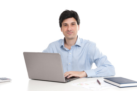 trabajando en computadora: Hombre de negocios que trabaja en su computadora port�til Foto de archivo