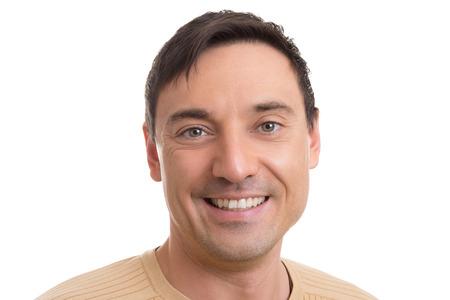 hombre caucasico: Horizontal retrato de un joven hombre cauc�sico guapo sonriendo y mirando a la c�mara