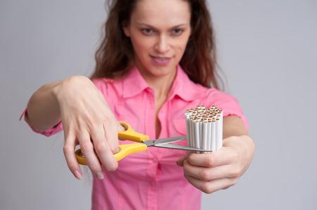 chica fumando: Deje de fumar concepto. Mujer hermosa joven con el cigarrillo roto