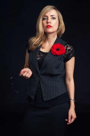 mujeres negras: mujer de negocios de moda la chaqueta que llevaba sobre el fondo negro Foto de archivo