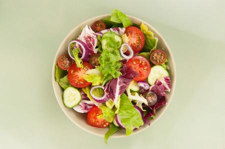 ensalada: Ensalada de verduras frescas en un taz�n de cerca Foto de archivo