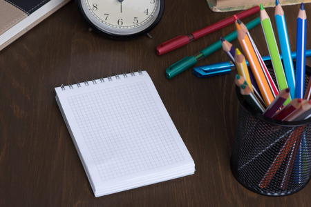 lapiz y papel: Blank Note Pad with copy space and colorful Pencils