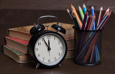 utiles escolares: Fuentes de escuela en un fondo de madera close up