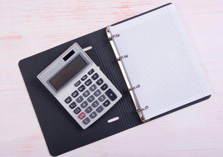 calculadora: Calculadora y libreta en blanco con espacio de copia Foto de archivo