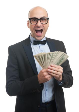 mucho dinero: chico guapo con gafas y corbata de lazo que sostiene un montón de dinero