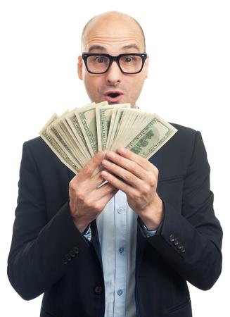 mucho dinero: hombre calvo sorprendida que sostiene una gran cantidad de dinero. Aislado más de blanco