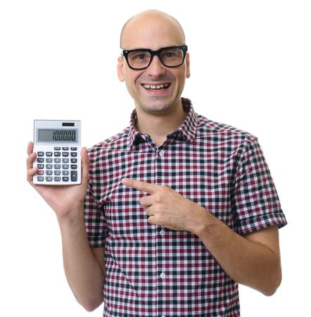 hombre feliz celebración de la calculadora aislada en el fondo blanco Foto de archivo