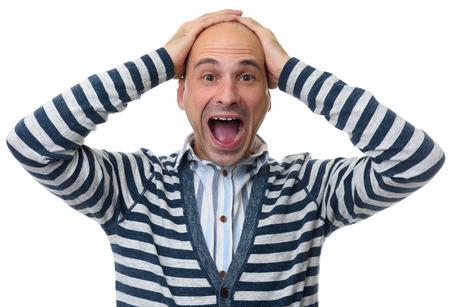 Hombre sorprendido a la locura con las manos sobre la cabeza. Aislado en blanco.