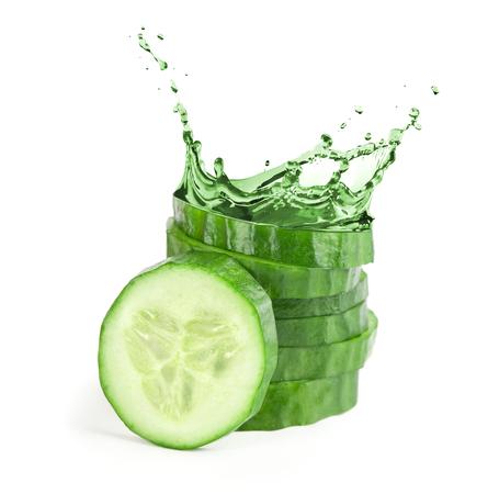 verse plakjes komkommer met water splash. Geïsoleerd op witte achtergrond