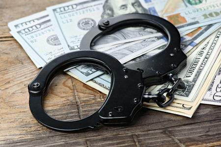 delito: concepto de negocio criminal. delito fiscal. esposas y dinero