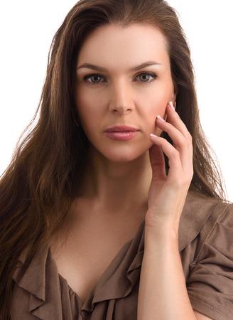 alergenos: Belleza mujer de mediana edad con maquillaje natural y cabello largo. Concepto de terapia antienvejecimiento Foto de archivo