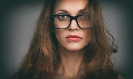 Gros plan portrait d'une belle femme portant des lunettes. Fille regarde sérieusement la caméra Banque d'images - 80925480