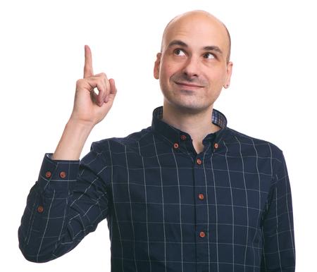 흰 배경에 고립 된 손가락을 가리키는 남자