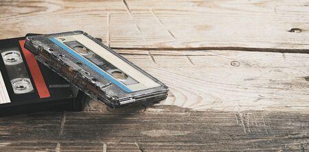 Deux vieilles cassettes audio sur fond de bois Banque d'images