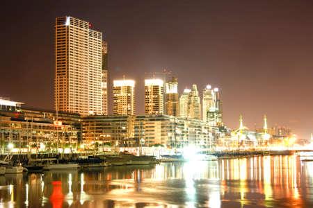 Panorama nocturno del Puerto Madero en Buenos Aires, Argentina.  Foto de archivo
