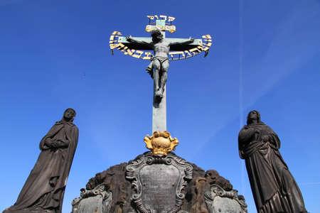 praga: A cross on the Charles Bridge in Prague, Czech republic.