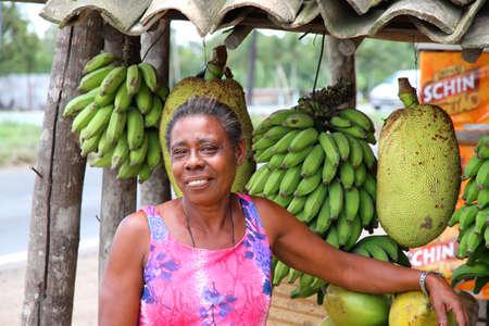 amerique du sud: Une femme vendant des fruits pr�s de Salvador de Bahia, Bahia, Br�sil, Am�rique du Sud.