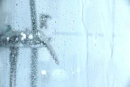 condensation: El agua que cae por el cristal de la ducha Foto de archivo
