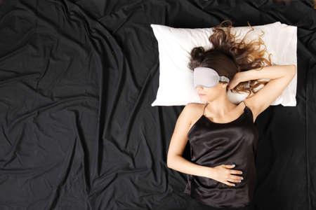 gente durmiendo: Una mujer joven durmiendo con un ojo m�scara que cubre