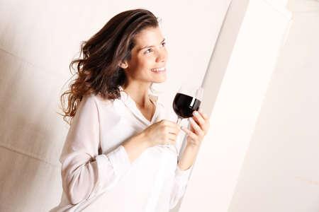 Portret van een mooie, latin vrouw drinken van rode wijn