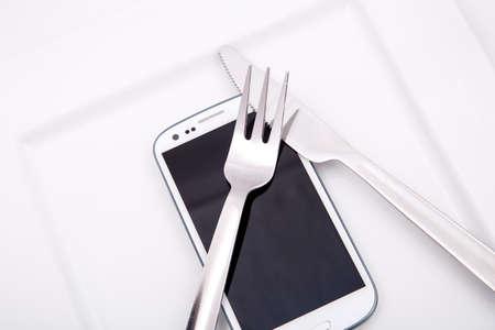 Een Smartphone geserveerd op een bord.