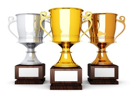Drie trofeeën met een leeg bord voor aangepaste tekst 3D weergegeven afbeelding