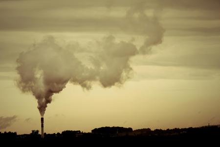 Een retro-stijl foto van een vervuilende fabriek.