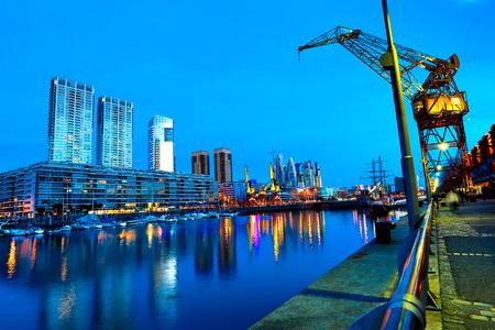 De beroemde wijk van Puerto Madero in Buenos Aires, Argentinië 's nachts. Stockfoto